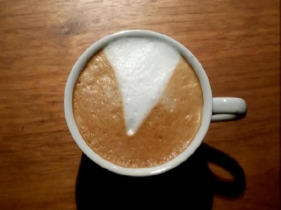 網友表示:「今日的下巴天皇咖啡。」   (連臉都沒了只有下巴,會不會太過分XD)
