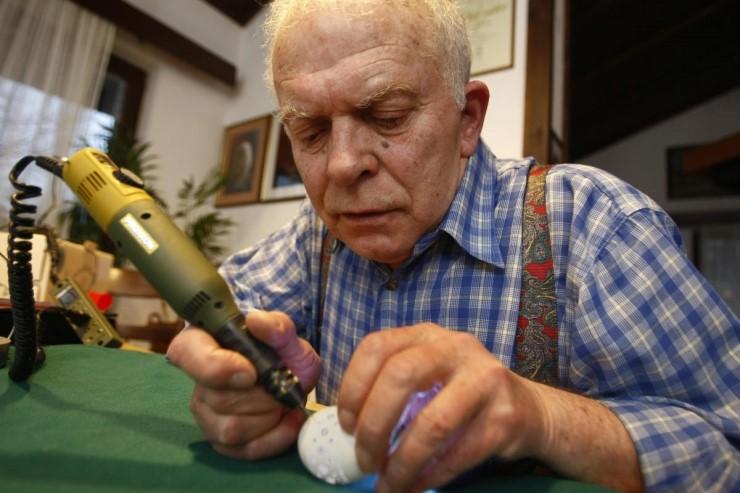 你知道有一種職業,是專門雕刻蛋殼的藝術家嗎?他的名字叫做Franc Grom!