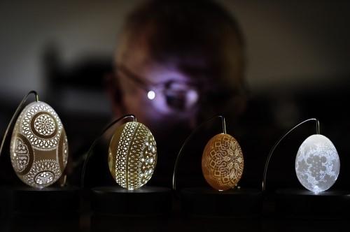 他的專長是利用電鑽雕刻蛋殼,挖~都沒有老花嗎?