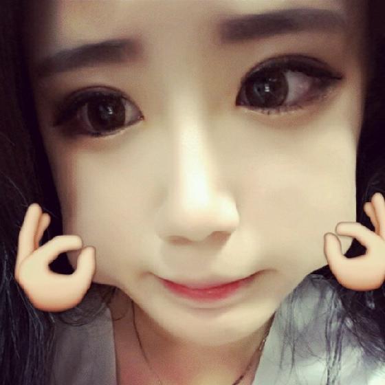 有在關注韓國方面的Twitter和Instagram的妞妞們會發現,最近韓國人的自拍又多了一種奇怪的模式,就是捏臉自拍!利用App將臉部做誇張的變形,搭配一個可愛的OK動作的圖章,就完成了裝可愛捏臉自拍照囉!將照片PO上網的韓妞,沒一個不是白裡透紅的肌膚,配上水汪汪的無辜大眼,讓人好羨慕啊~