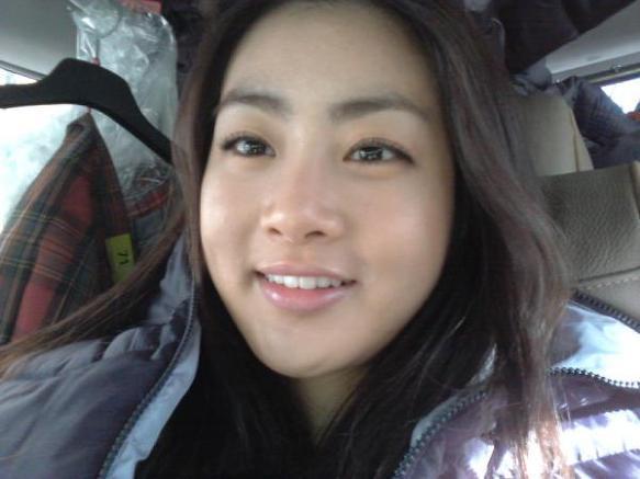 大韓民國女演員姜素拉~不像其他女星追求尖細的小巧臉蛋~天生體質很難瘦下來的她,平易近人的外貌受到大眾的喜愛(這才是人類真實的樣子嘛~~)