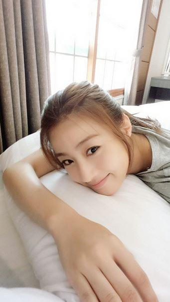 哈啊....手好長啊!!!小編個人也最喜歡白色床單上的自拍照了!(果然是自拍女神,絕對不會錯過最適合自拍的好地點!)
