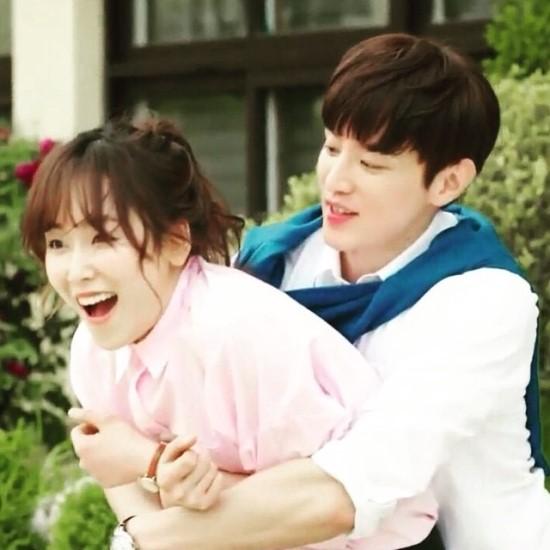 身為大勢男友演員,從背後來個擁抱是基本的拉!