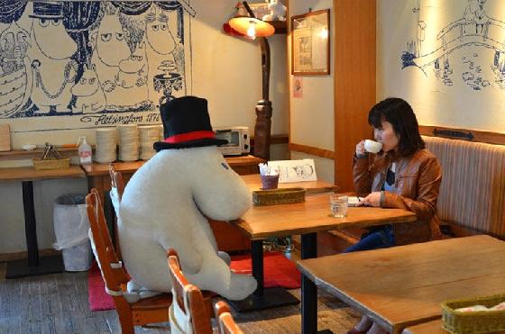 有嚕嚕米玩偶陪你一起吃,完全不孤單  當然平日去的朋友也不用太傷心,因為這家「嚕嚕米咖啡廳」的主打,就是會有嚕嚕米玩偶坐在你對面或旁邊,陪你一塊兒吃下午茶。心情再怎麼糟糕,來到這裡看到嚕嚕米,都能把煩惱給拋開了啦〜