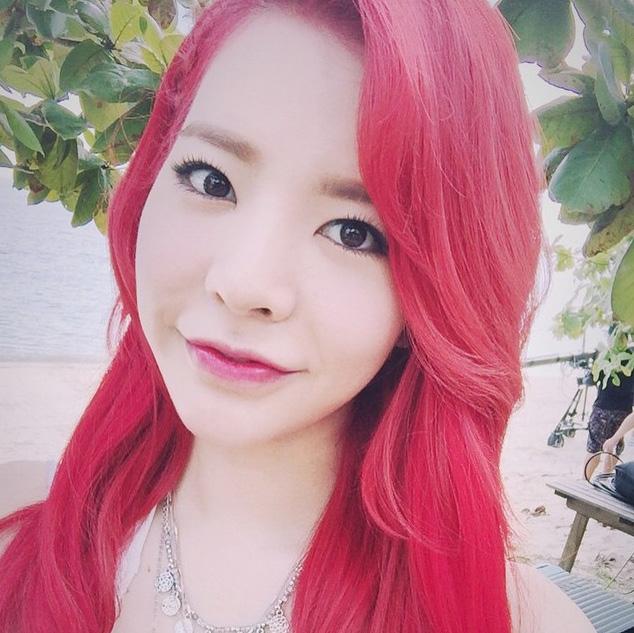 紅色頭髮襯著Sunny原本就已經很白皙的皮膚~讓膚色變得更加白嫩了~