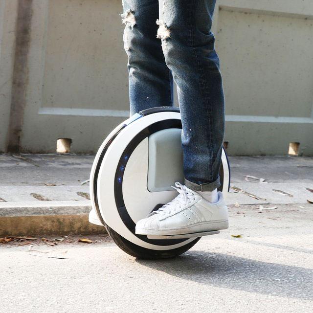 最近在國外很常能看見的這個東西叫做Single Scooter!(一種電動單輪車)