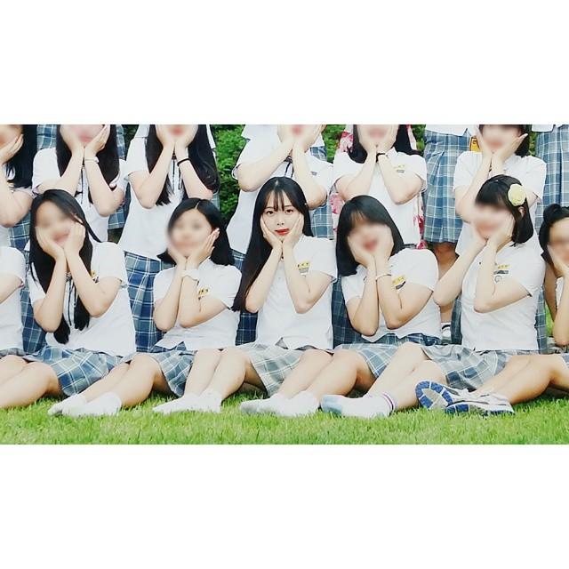 大家在學生時期的畢業照都是怎麼拍的呢? 在韓國當然最傳統的就是穿校服排排站囉~ 最好每個人都要拍得美美的才行!