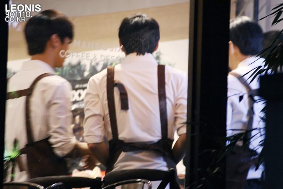 什麼?你們想知道LEO的肩膀有多寬?看那個圍裙的繫帶就知道拉XDDDD (都扣不起來了呢~呵)