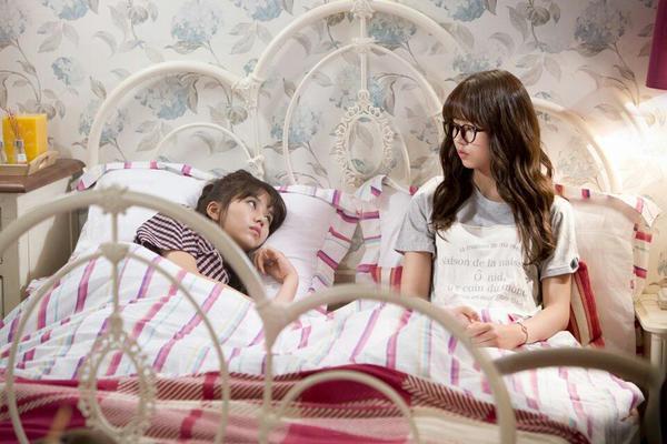 最近在韓國KBS電視劇<Who Are You-學校2015>中,一人分飾一對雙胞胎姊妹的角色!事實上,她並不是第一次飾演分飾兩角的角色呢!之前出演OCN的<Reset>也是一人分飾兩角,更碰巧的是,劇中名字也叫恩菲呢!