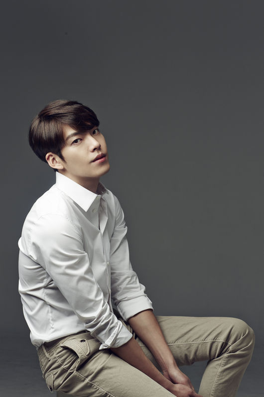 和李敏鎬、金秀賢、朴海鎮三人,並稱「新4大天王」的金宇彬,是引領韓流的新熱風!散發男性魅力十足的姿勢,不難看出金宇彬是模特兒出身的演員。他出演2011年KBS的短劇<白色聖誕節>,作為演員正式出道。