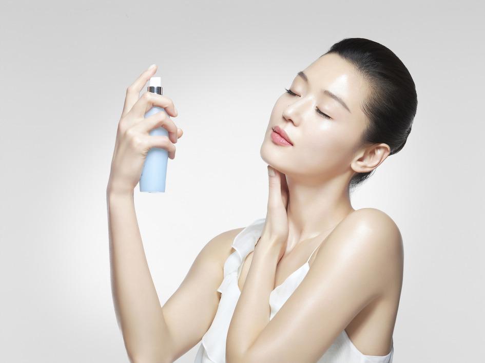 注意事項: 噴上保濕噴霧後,有些人會放著讓它自然乾燥,這樣是錯誤的。其實應該用雙手幫助皮膚吸收才是正確的唷!如果沒有幫助噴霧吸收,在臉上任其蒸發,反而導致原先臉部的水分也被帶走,更乾燥呢!