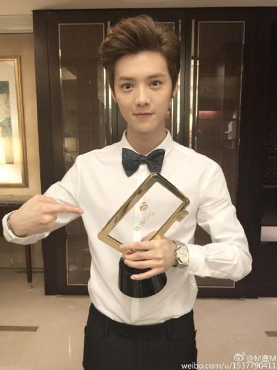 2015年4月20日鹿晗24歲生日當天,微博湧進多位粉絲留言祝福,創下4200萬留言的新紀錄,並因影響力驚人躍上中文版《富比士》雜誌封面,成為首位90後第一位登上《富比士》雜誌的明星。
