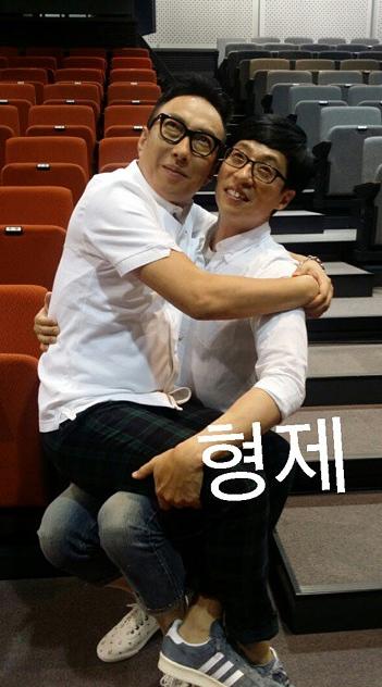 大家都知道你和國民MC劉在石是至親~是也不用這摸大大表示你們是「兄弟」拉~顆顆(兩人真的都很可愛捏~)