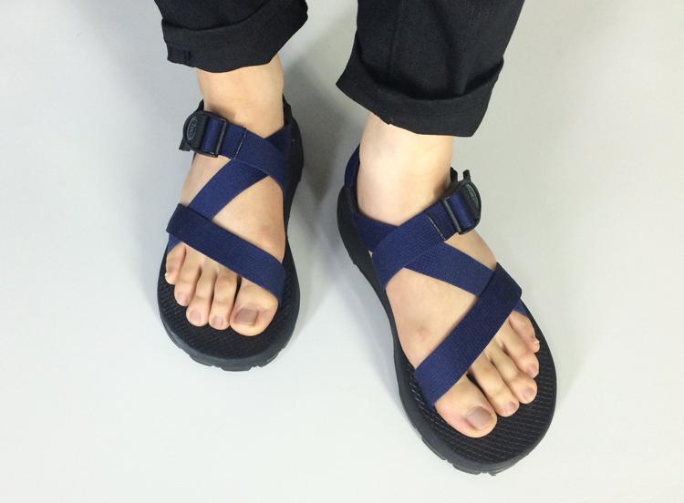 Chaco這款涼鞋由特殊的三線涼鞋造型設計,是我們公司職員Rick最喜歡的涼鞋唷!