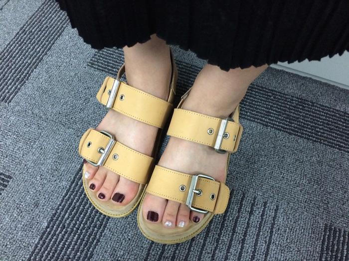 今天穿著妹妹的涼鞋來上班的小編,腳上的指甲油配色更是為涼鞋加分,整體看起來搭配的很好呢!