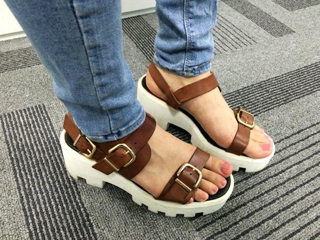 這種涼鞋真的是百搭款~搭什麼都好看!特別是牛仔褲!和皮質的鞋帶&白色鞋跟組合~真的太美了!