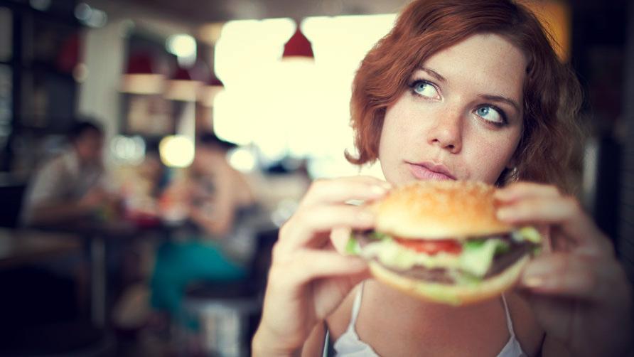 另外,吃的東西也需要非常注意!甜食、碳酸飲料、速食這類的食物都應該避免,有喝酒的習慣的話,最好也要停止,才能達到減肥的效果唷!