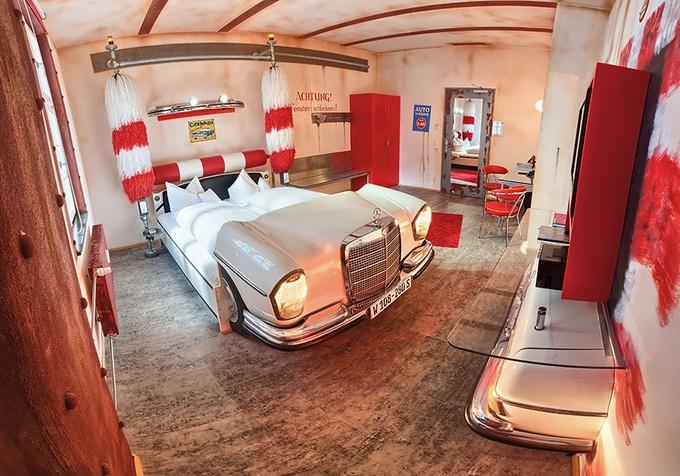 這間房則是化身為洗車中心,小時候應該也有人跟妞編輯一樣,最喜歡跟著爸媽去自動洗車了吧!(笑)而這將車子改造為床設計,也同樣舒適,不必擔心睡得不習慣。