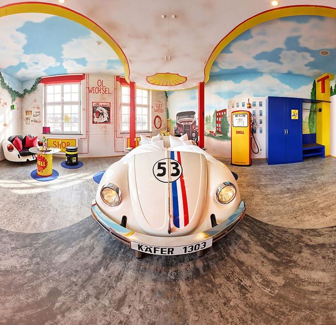 今天妞編輯要帶大家看一間在德國赫赫有名的「車主題」飯店-V8 Hotel,即使已經不是新開幕,但直到今日還是常常被報章雜誌報導,到底它有什麼厲害之處呢?