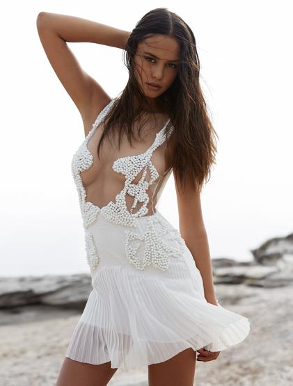 哇!這洋裝太露骨了>/////<  但也證明了蔻特妮的好身材啊✭ 蔻特妮也將參加電影《Gods of Egypt》的演出呢~讓我們拭目以待摟!