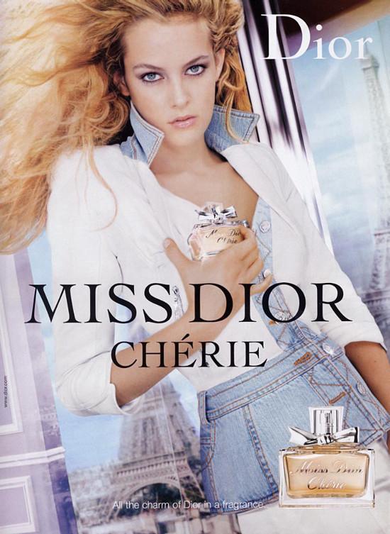 雖然頂著這等光環,可芮莉卻闖出自己的一片天!從14歲的小小年紀,就開始她的模特兒事業!累積了非常雄偉的資歷呢!