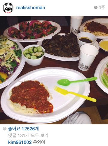 滿桌豐盛的菜色,是招開滿漢全席嗎?好想吃啊~