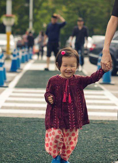 每次看智蘊的照片,人家就不由自主地露出媽媽微笑!(你們不信快去照鏡子!)