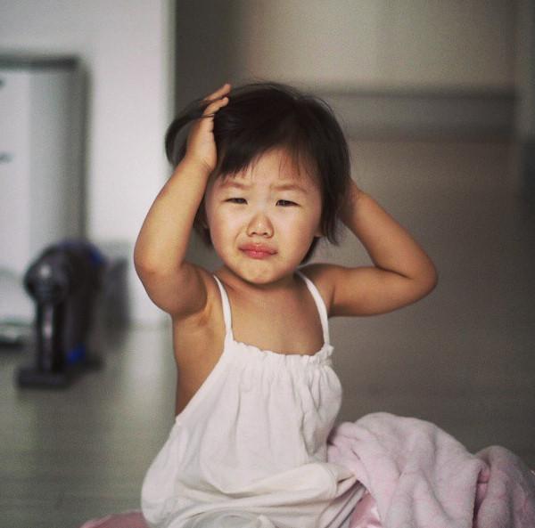 剛睡醒,愛哭的臉蛋也很可愛的智蘊