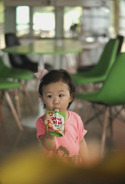 就算不喝小孩成長飲料(手上拿的那瓶),有父母親的好基因的智蘊,也一定會長高高的~