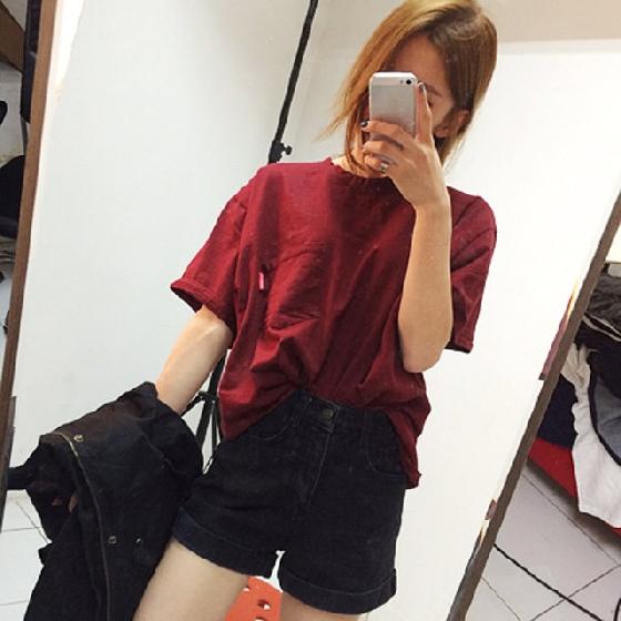 除了一般的丹寧高腰褲,你也可以選這種黑色的,看起來也會顯瘦,而上衣的部分,除了黑色白色,也可以試試這種酒紅色及深色上衣,再化上同色系妝容增加整體感也不錯喔。