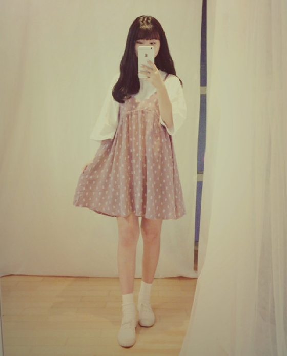 除了一般的T恤之外,剛剛提到的寬袖也可以搭,不過細肩帶單品通常都是沒有腰身的,所以建議不要選過長的款式,否則會看起來很矮,身體也比較沒有曲線,最好挑選裙長在大腿以上的,再穿上有跟的鞋子,比例看起來就會很完美啦~
