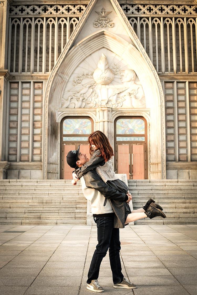首先第一組示範的模特兒是情侶檔♥那摸當然就要選擇浪漫的地點啊~例如教堂之類的地方(各大學的聖堂也很推薦呢!梨大~慶熙大~)