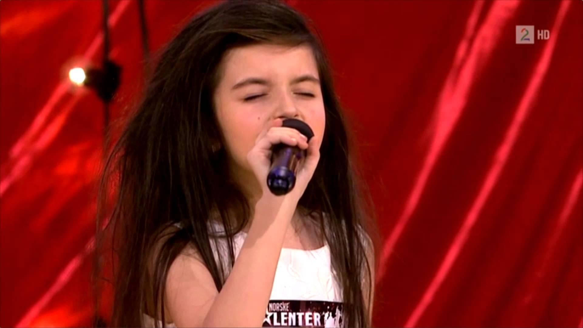 2014年時,以只有8歲的小小年紀,參加挪威的一個選秀節目,展露頭角的她