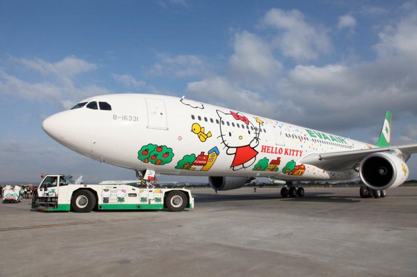 日本卡通人物凱蒂貓,在新加坡也是獲有高人氣,這次為慶祝長榮飛行20周年,被指定成為飛行台灣到新加坡的代表人物唷~