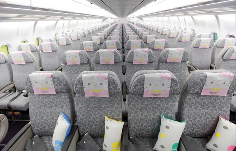 飛機內環視一周,所有的椅套、靠枕,可以看到全都是凱蒂貓耶!