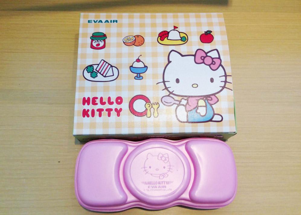 便當盒也以凱蒂貓的粉紅髮飾模樣來設計.....♥