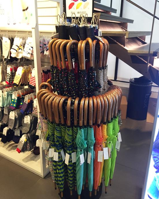 花花綠綠的顏色以及以木手把為特徵的GIORDANO雨傘