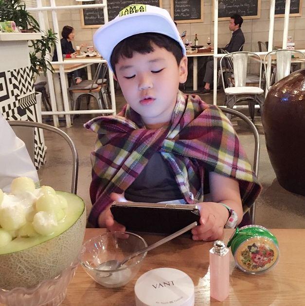 明年尹厚應該就是小學的高年級哥哥了…