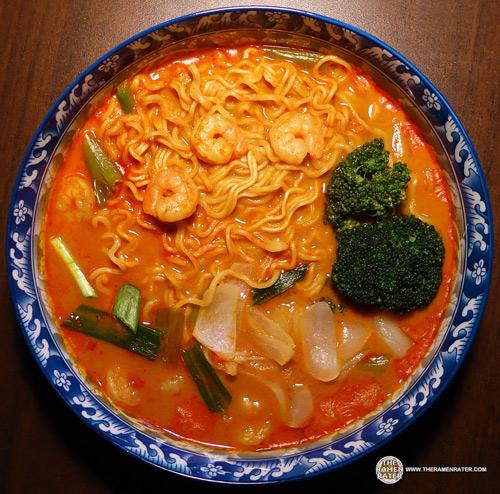 馬來西亞泡麵又一枚!咖哩香氣逼人,聽說不少泡麵愛好者都大讚它好吃!讓小編怕辣都想吃吃看了~