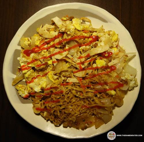 泡麵醬料裡加了雞肉塊與辣椒,醬料其實不太辣,但嚼到辣椒的時候舌頭會讓你麻上一陣子~