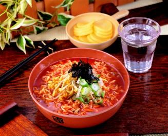 知名泡麵廠生產的這款泡麵,採傳統韓式辣麵口味~挑戰現代人口感~