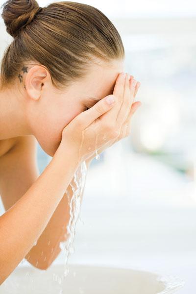 卸妝油主要使用植物性油製成,可以將皮脂成分融化,也可以順便有效清除鼻頭上的黑粉刺呢!趕快來瞭解一下卸粧油的正去使用方法,與它的優缺點,以及大家最喜歡的部份~產品推薦摟!!!