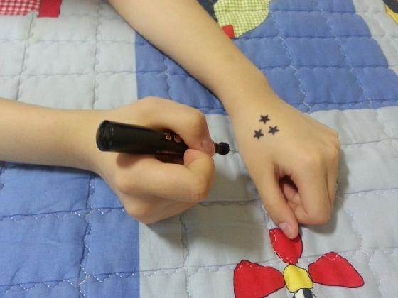 使用的方法非常簡單,就跟蓋印章一樣,可以自己排列組合,再印在手腕上、耳後、手指等等,不過最多人用的還是印在眼下,看起來有個性又可愛。