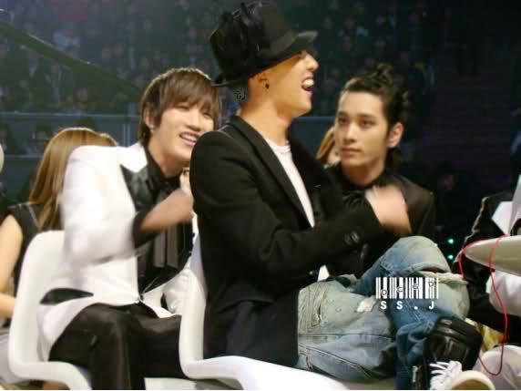 Jun.K先傳給GD:志龍啊(GD本名) GD:幹嘛叫我?