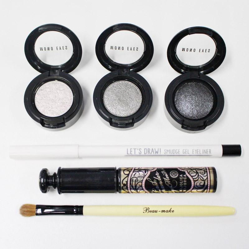 今天準備物品有: MONO EYES的三款帶亮片眼影、黑色眼線筆和睫毛膏(這次用的是戀愛魔鏡)