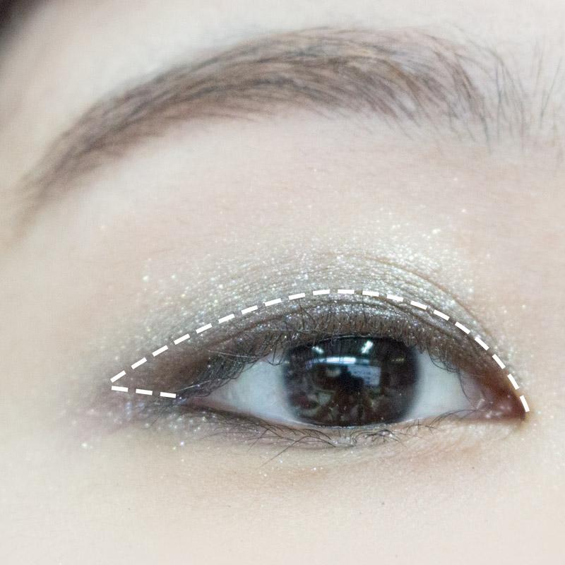 然後用黑銀色眼影,使用眼影刷塗滿圖中白色虛線內部(雙眼皮線下方)~也可以用手指頭塗上
