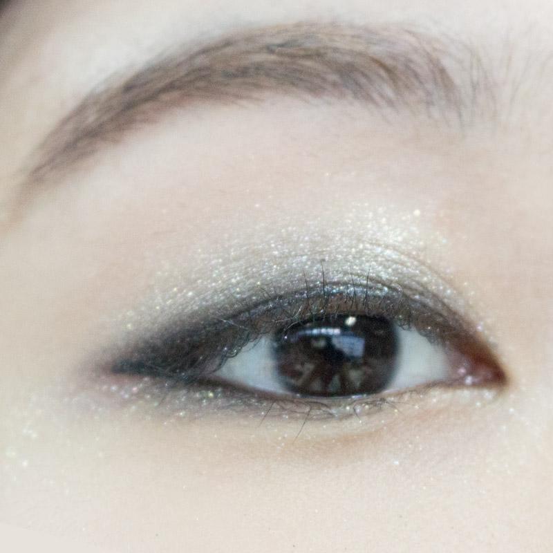 最後一個步驟,將剛剛畫上的眼線部分,與眼影稍做暈染,讓眼線看起來更自然