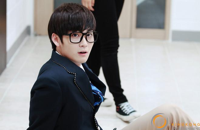 之後陸續在SBS電視劇《繼承者們》裡飾演被金宇彬孤立欺負的可憐學生,看到這裡大家是不是開始想起他是誰了