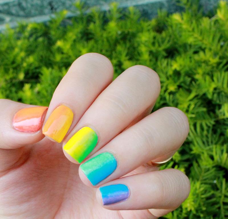 天空的美麗彩虹就這樣在我的指甲上了耶~(滿足)