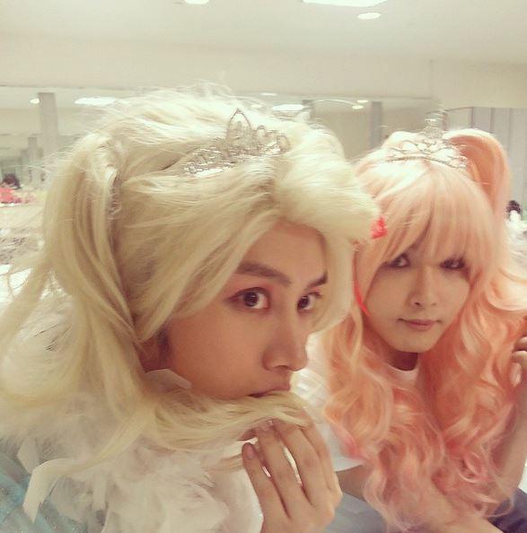 甚至就連Super Junior其他成員厲旭也是陷入(扮女裝嗎)不可自拔的魅力~~
